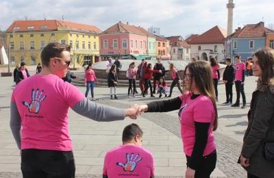 Mladi iz BaUMA na obilježavanju Dana rozih majica u Tuzli